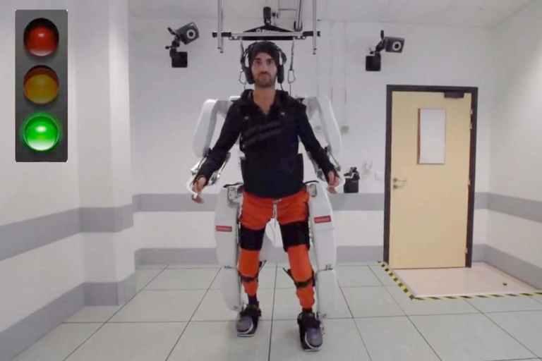 Veja um homem tetraplégico andando com um exoesqueleto