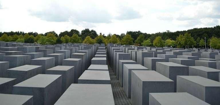 Artista mostra desrespeito de fotos no Memorial do Holocausto