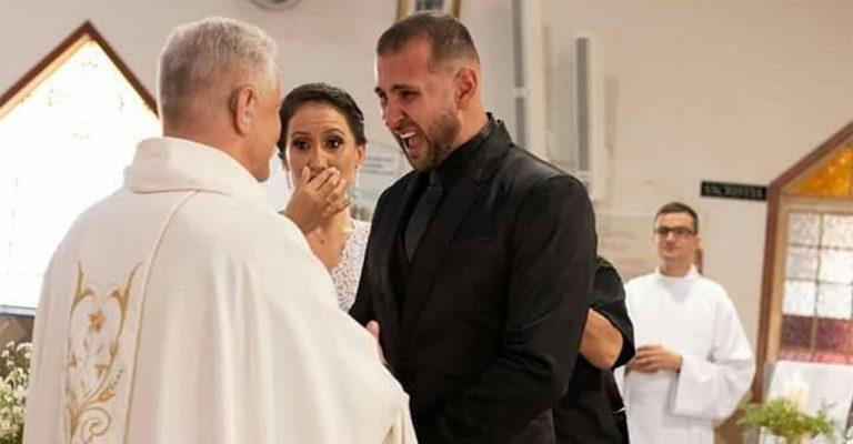 Casal surdo se emociona após padre usar libras em seu casamento