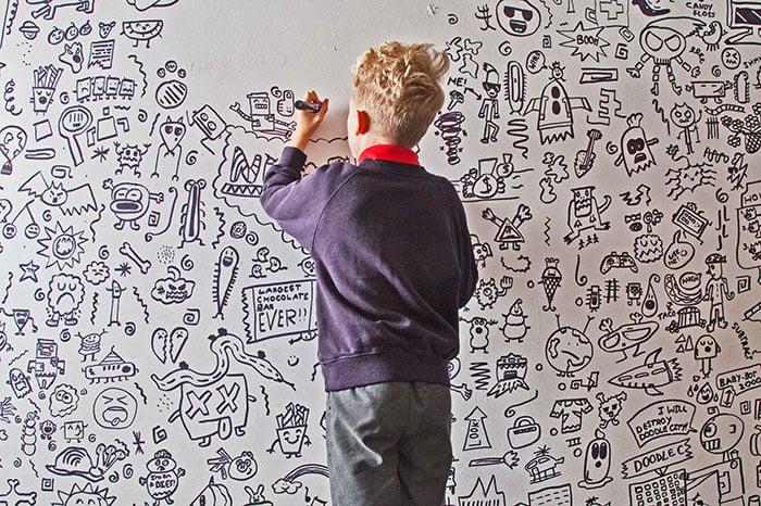 Criança de 9 anos, que era castigada por rabiscar na escola, é contratada para desenhar em um restaurante inteiro