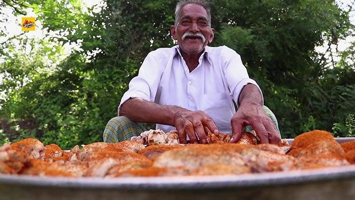 Esse vovô indiano virou Youtuber cozinhando para órfãos