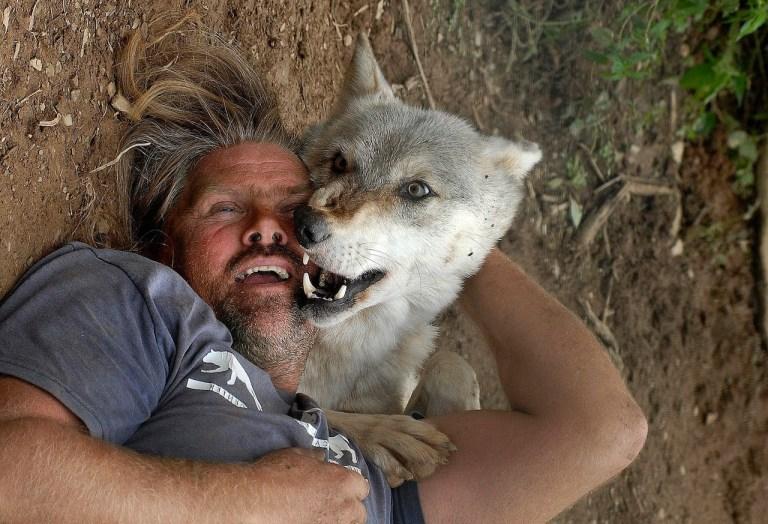 Homem achava que tinha um filhote de cãozinho, mas teve uma surpresa selvagem
