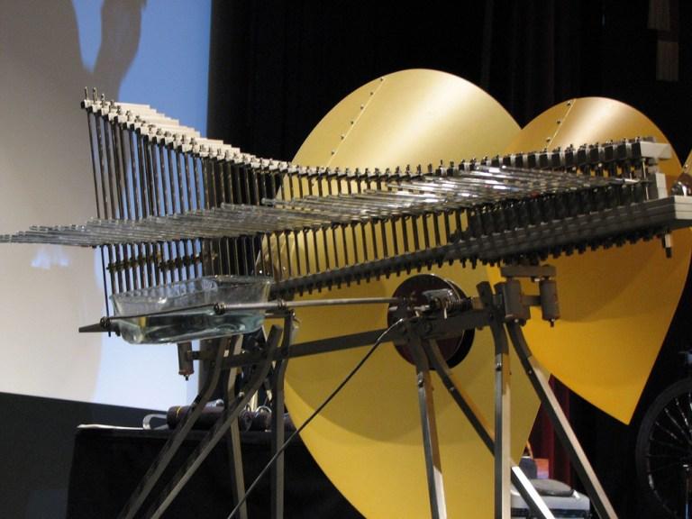 Esse instrumento raro é feito de hastes de vidro, metal e madeira