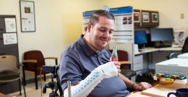 Implante cerebral faz com que homem paralisado se mova e sinta novamente