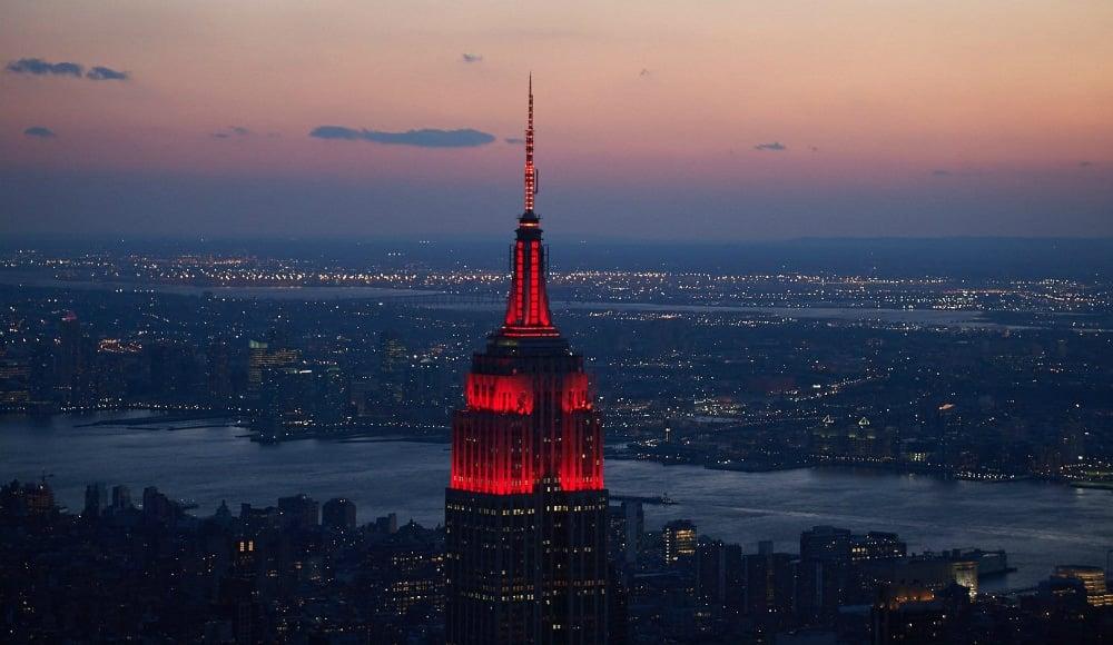 O que significa a luz vermelha e branca no topo do prédio mais importante dos Estados Unidos?