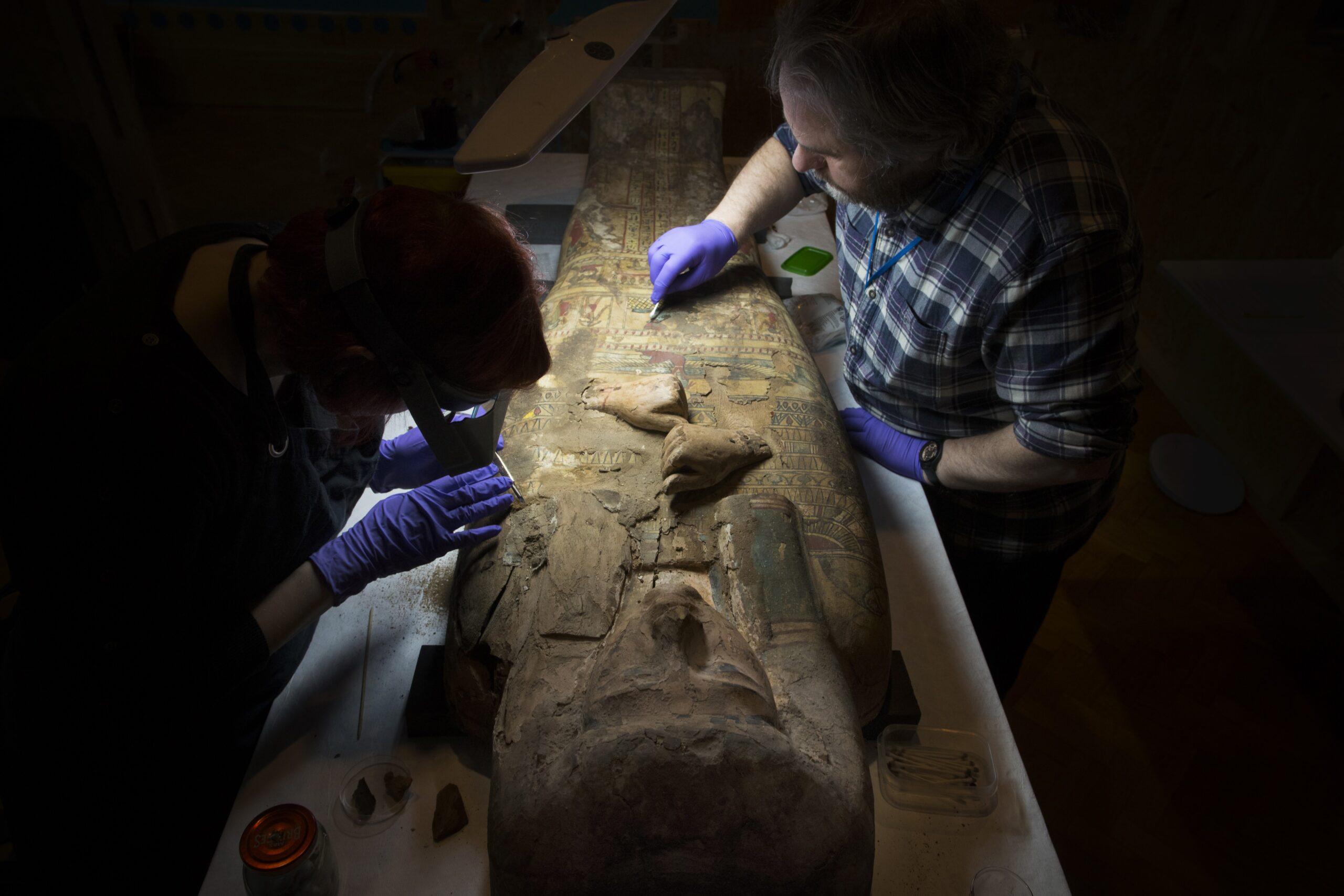 Pintura de deusa egípcia é encontrada em sarcófago de 3 mil anos