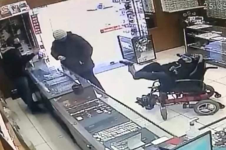 Deficiente físico e mudo tenta assaltar relojoaria com arma nos pés
