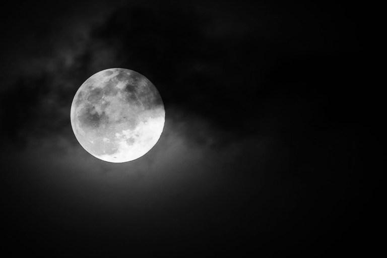 A lua está desigual e pesquisas finalmente podem explicar o motivo