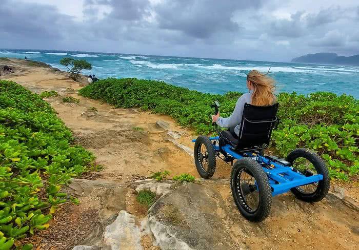 Marido cria cadeira 'off-road' para garantir que esposa cadeirante visitasse lugares inimagináveis e agora seu invento está sendo produzido em massa