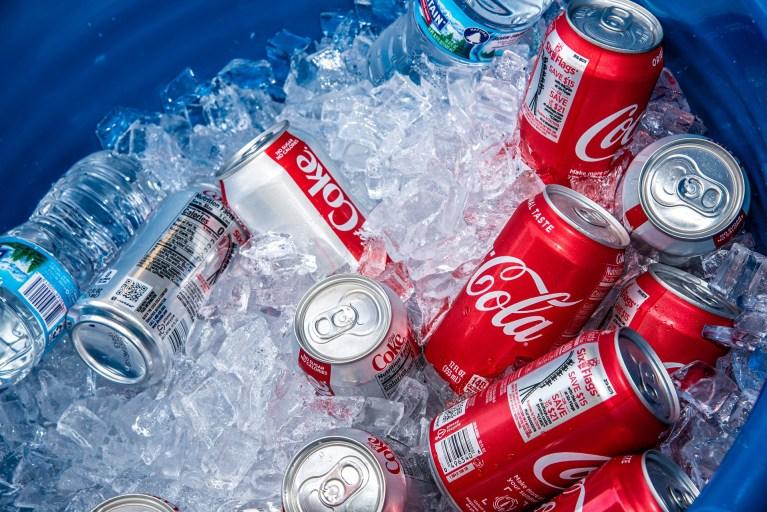 Entenda porque uma latinha de Coca-Cola Zero flutua sobre a água e a normal afunda