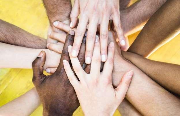 Por que o toque humano é tão importante para saúde física e mental?