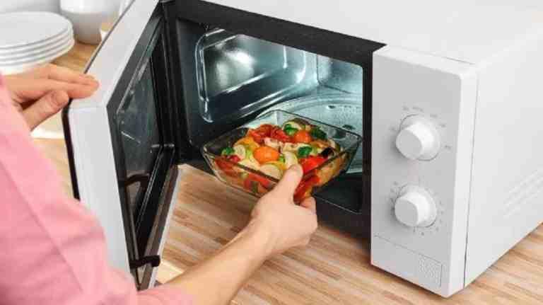 7 alimentos que nunca devemos reaquecer no microondas