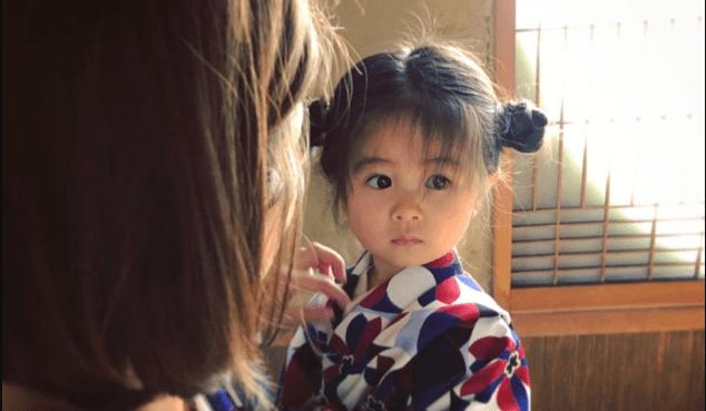 Bebê famosa por ter nascido cabeluda usa os penteados mais fofos
