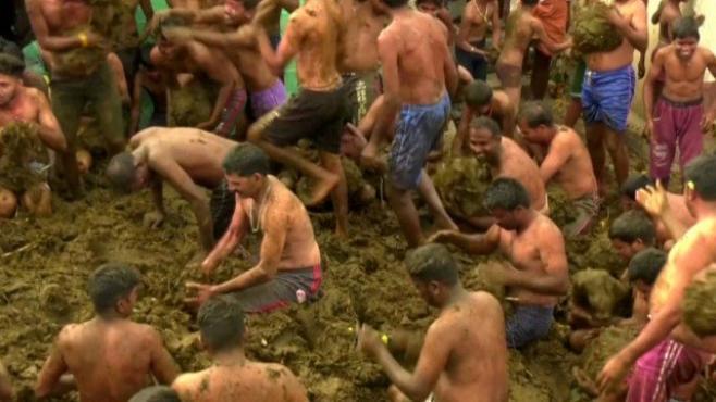 Aldeia indiana encerra Diwali com enorme batalha de esterco de vaca