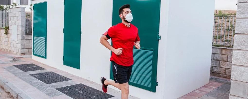 Pode não ser bom, mas fazer exercício com máscara não deve prejudicar a ingestão de oxigênio