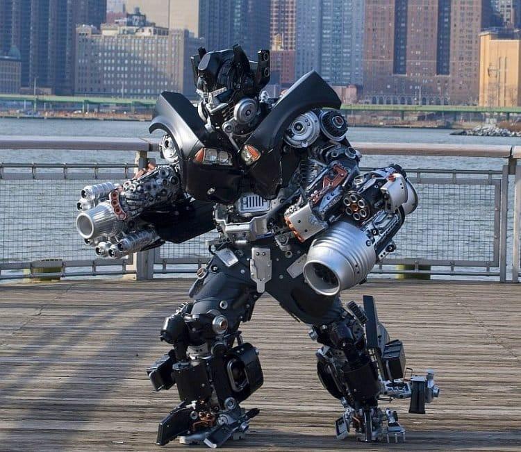 Homem utiliza simples objetos para criar robôs incríveis