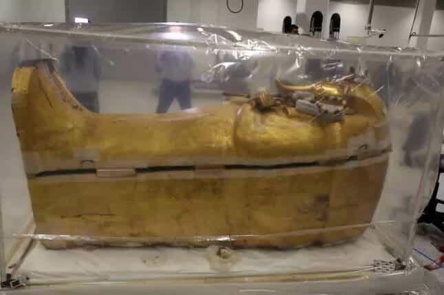 Caixão do Rei Tutancâmon deixa a tumba após permanecer no local por 3.300 anos