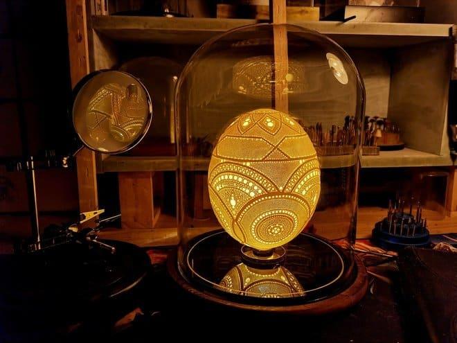 Artista realiza mais de 45.000 buracos em casca de ovo para alcançar um novo recorde