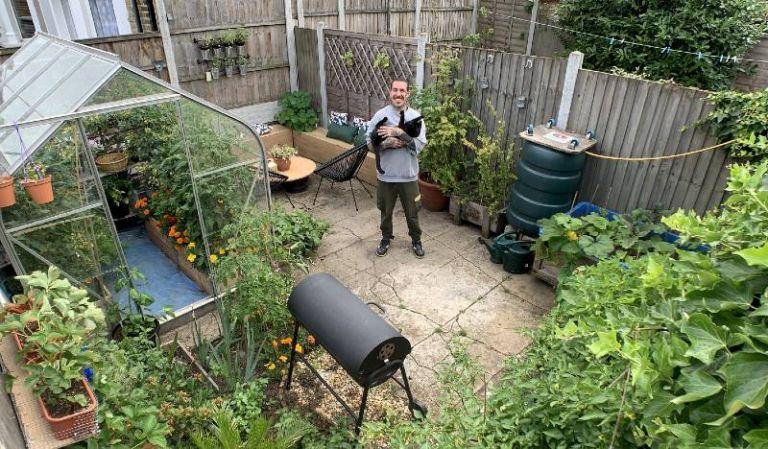 Esse homem produz sua própria comida há nove meses em seu quintal