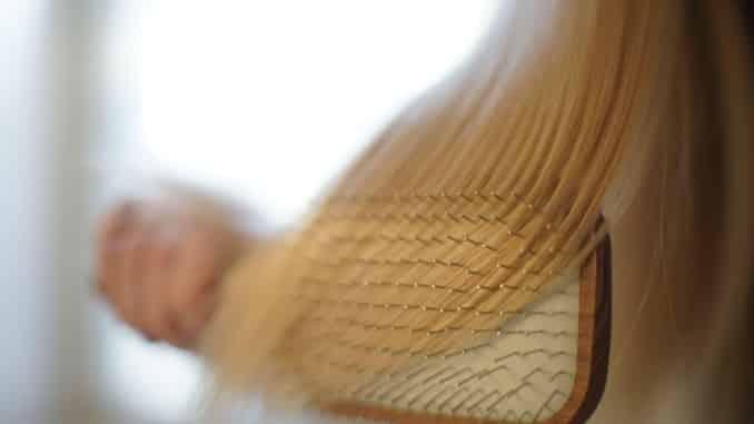 Adolescente com 'síndrome de Rapunzel' remove bola de pelo gigante do seu estômago