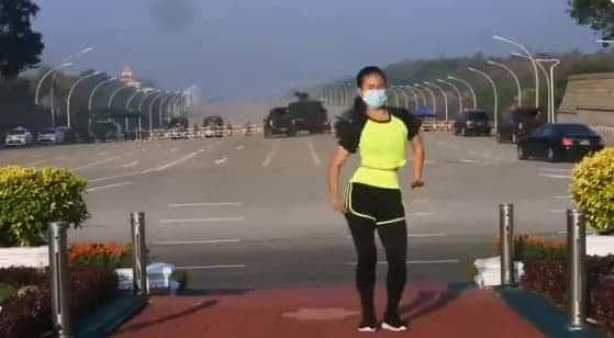 Mulher dá aula de ginástica em meio ao golpe militar em Mianmar