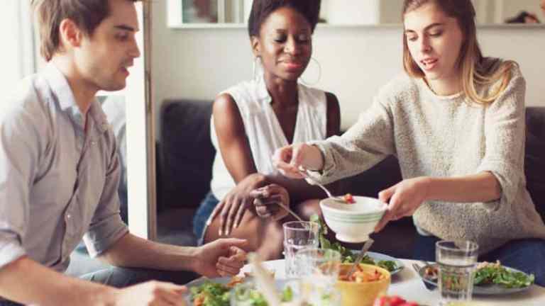 Veganismo: ter uma dieta baseada em vegetais pode prejudicar sua vida social?