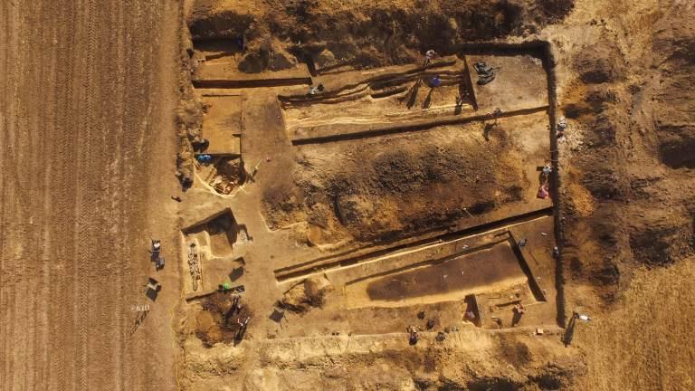 Arqueólogos descobrem restos de um antigo cemitério e restos de uma fortaleza na Polônia