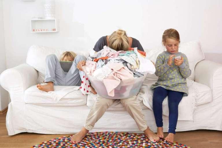 """Por que o """"parent burnout"""" nos EUA está entre os maiores do mundo?"""