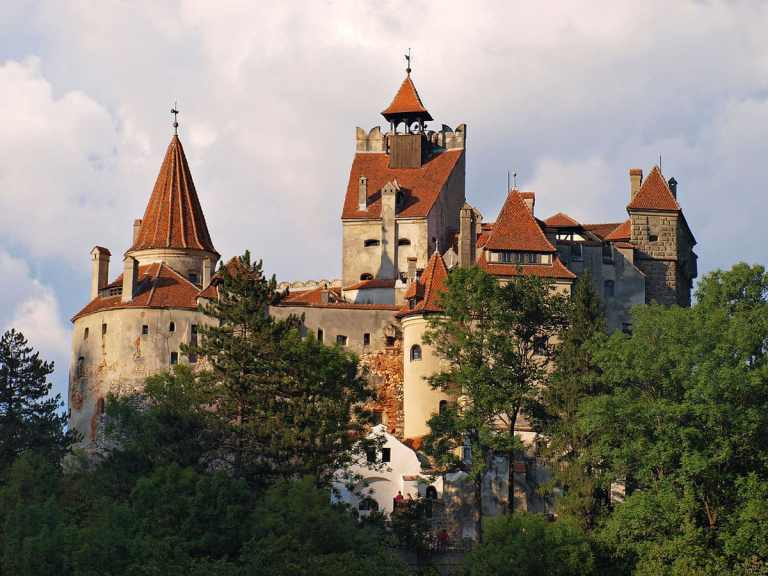 Castelo na Romênia lança campanha de vacinação irreverente
