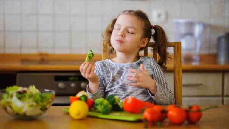 Cientistas descobriram uma maneira de fazer as crianças comerem mais vegetais. Veja como