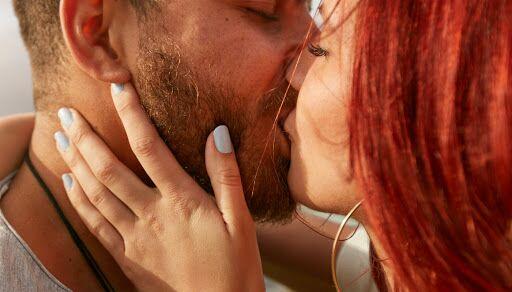 O que acontece com o corpo durante o beijo?
