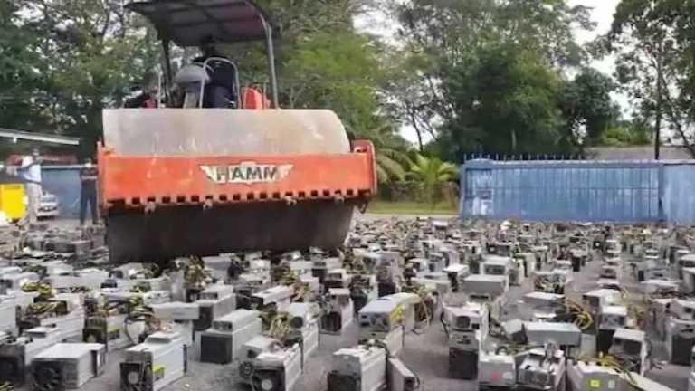 Vídeo de polícia esmagando 1069 computadores de mineração de Bitcoin