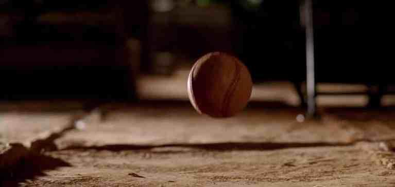 O que aconteceria se você jogasse uma bola em outros planetas?