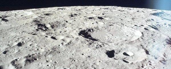 """NASA diz que a """"aspereza"""" da lua pode esconder águas nas sombras"""