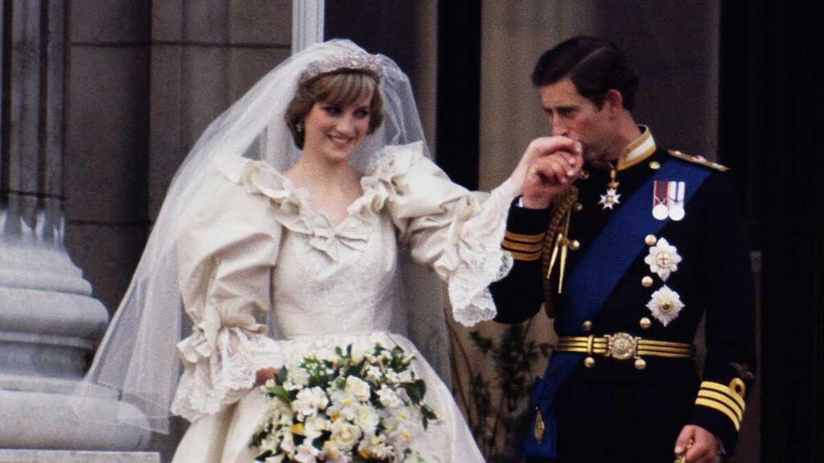 Fatia de bolo do casamento de Lady Di é vendida por 13 mil reais
