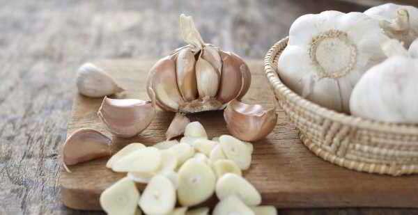 Esses 7 benefícios vão te fazer querer comer alho todo dia