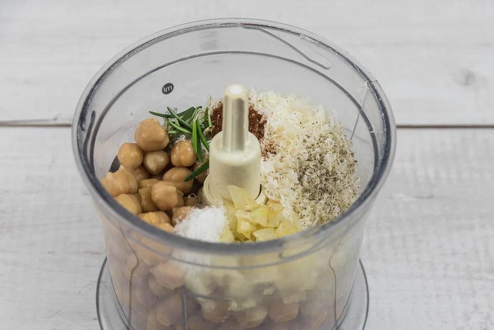 Mettiamo nel tritatutto i ceci cotti, la cipolla, sale, pepe, formaggio grattugiato, paprika, rosmarino e due cucchiai di olio extravergine di oliva. Frulliamo tutto fino ad avere un impasto omogeneo.