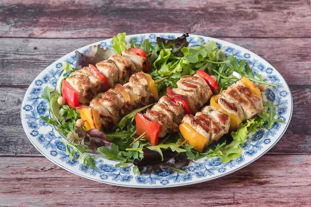 Serviamo gli spiedini di tacchino caldi con un'insalata mista e un filo di olio d'oliva.