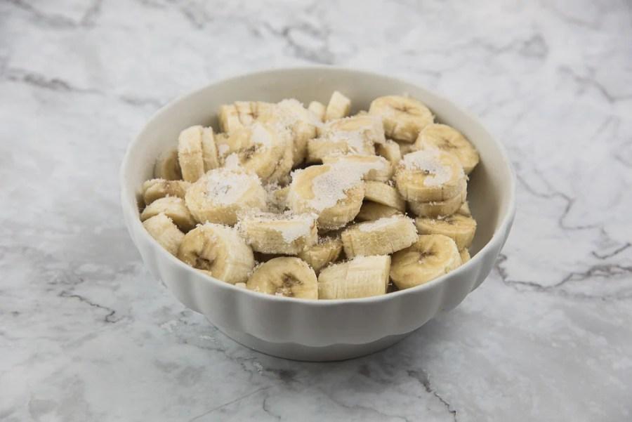 Quando le banane saranno ben ghiacciate possiamo preparare il nostro gelato. Noi lo abbiamo fatto in tre gusti diversi: semplice alla banana, con fragoline e lamponi e alla nocciola, suddividendo i nostri 600 grammi di banane a fettine in tre parti uguali (200 grammi ciascuna).