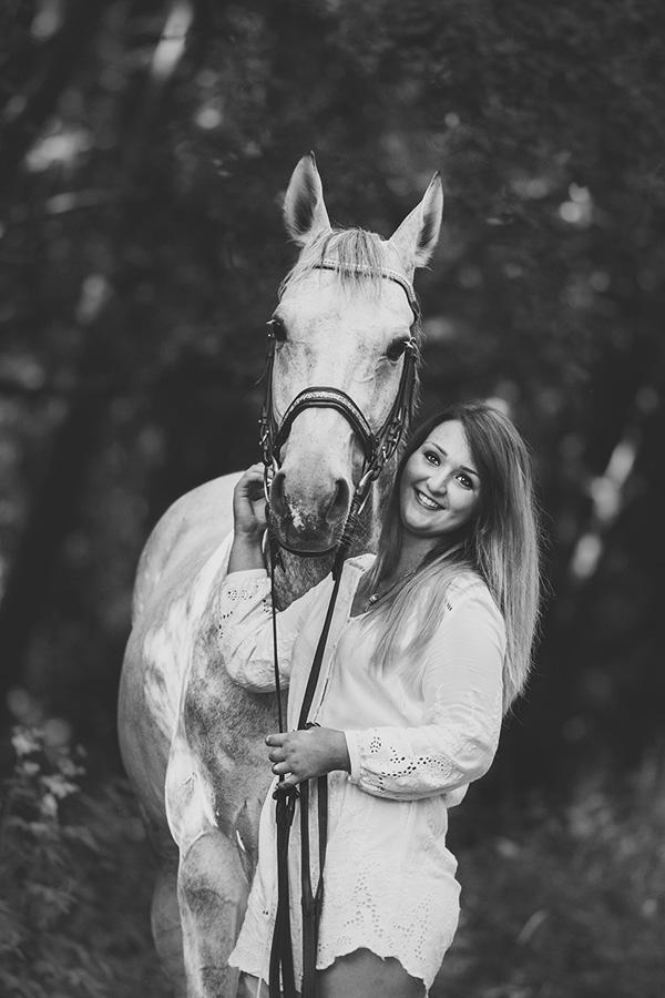 photo couple cheval cavalier noir et blanc