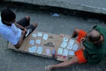 Moradores jogam baralho em uma localidade na Rocinha. (Foto: Michel Silva/Favela em Pauta)