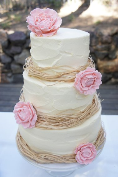 raffia-decorated-wedding-cake