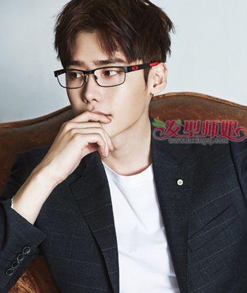 眼鏡男生最新超短發發型 韓版男生發型圖片短發(4)_發型師姐