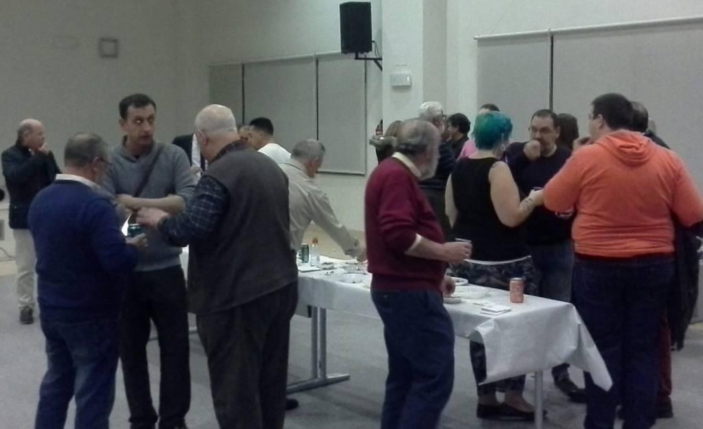 Asistentes a la presentación de la nueva AVV charlando sobre temas vecinales y tomando un refrigerio