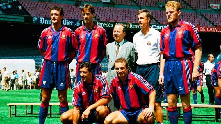 Johan Cruyff y Josep Lluís Núñez, junto a los nuevos fichajes en una imagen de archivo