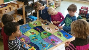 Kinder der Klasse 1b arbeiten an ihrem Kunstwerk!