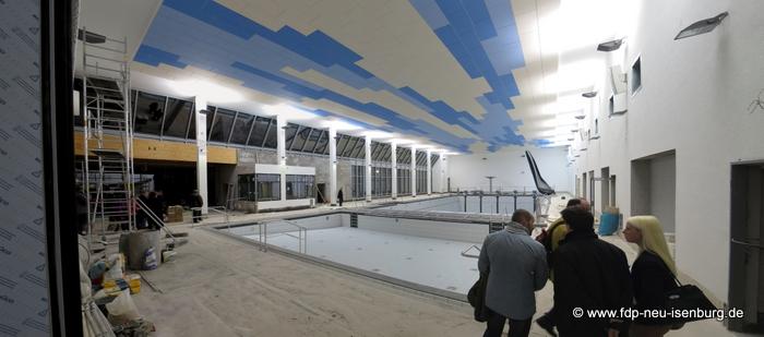 Panorama der Schwimmhalle mit Blick auf die große Fensterfront.