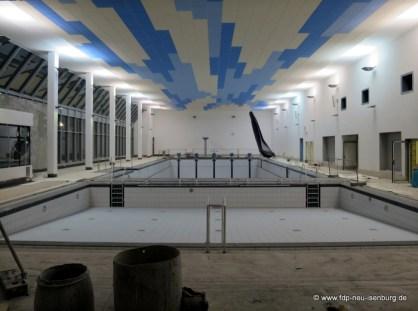 Blick in die Schwimmhalle mit Nichtschwimmer- und Schwimmerbecken.
