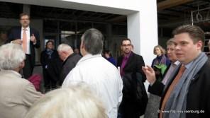 Stefan Schmitt, Erster Stadtrat (CDU, ganz rechts im Bild) bei seinen Ausführungen zum Sachstand der Sanierungsarbeiten.