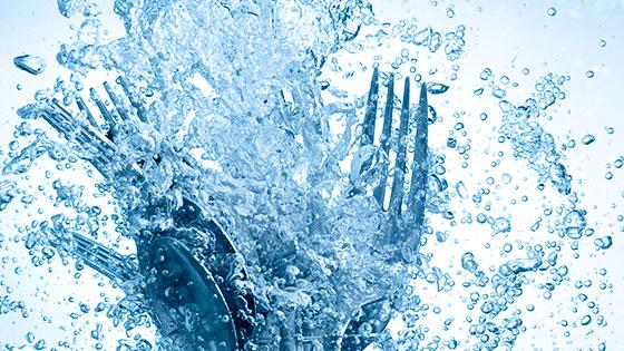 Bild mit Besteck und Wassertropfen